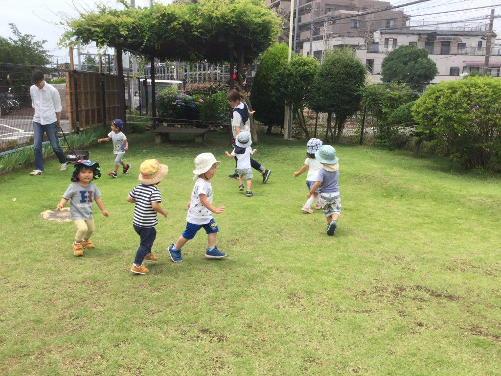 庭で遊ぶ園児の様子の写真